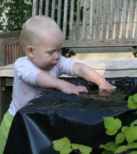 foto josette kind bij water